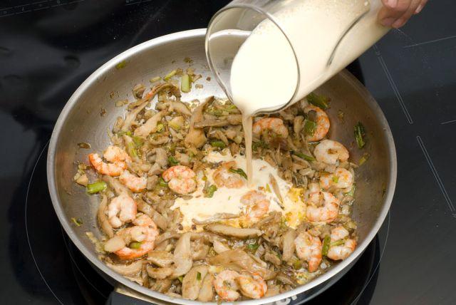 paso3-cocinar-las-verduras-con-las-gambas-y-anadir-la-leche-640x560x80